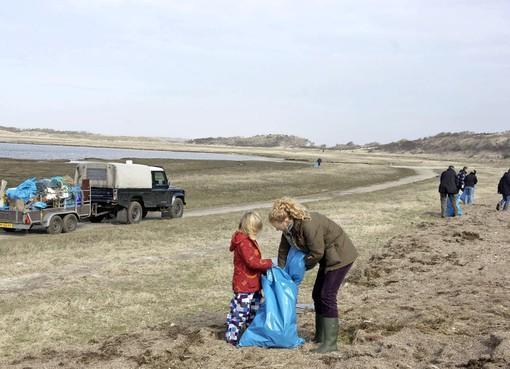 Aangespoelde rotzooi tart Texel onophoudelijk: 'Deze ramp is al jaren bezig'