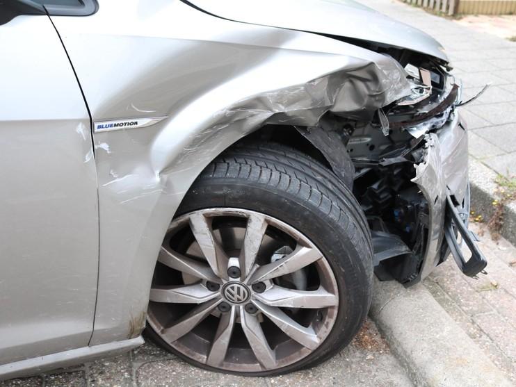 Automobilist richt ravage aan in de Oranjelaan Rijnsburg