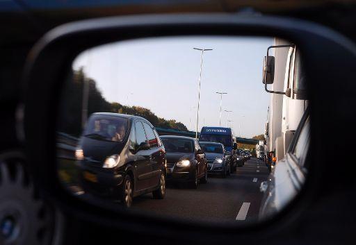 Vrachtwagen raakt wielen kwijt op A1 bij Naarden