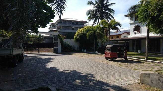 Chris en Charlotte dag na de aanslagen in Sri Lanka opgesloten in hun hotel: 'Dat voelt niet onveilig'