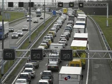 Verkeer uit Flevoland muurvast bij Muiden na ongeluk A6