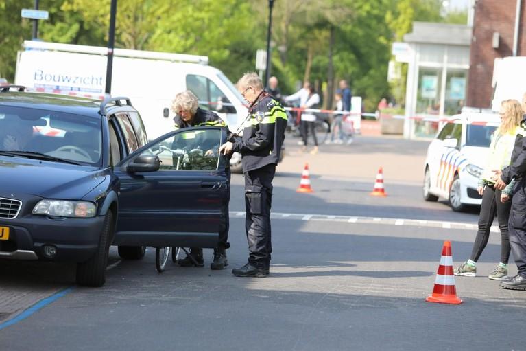 Fietsster klapt tegen openslaande deur van auto in Eemnes