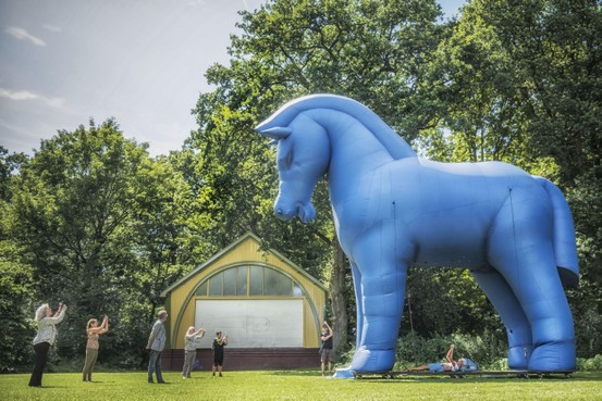 Reuzenpaard kondigt 'iets groots' aan in Alkmaar: Showman's Fair in de Alkmaarderhout