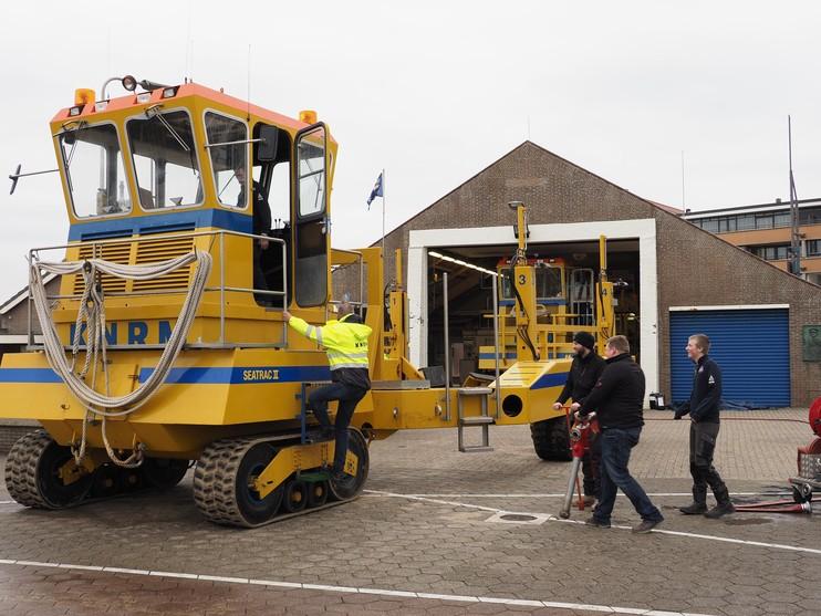 Lanceervoertuig KNRM rijdt over strand naar Noordwijk [video]