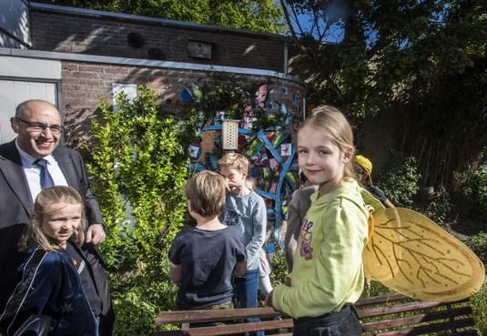Nieuw hotel voor 'lieve bijen die niet steken' bij Heemsteedse basisschool