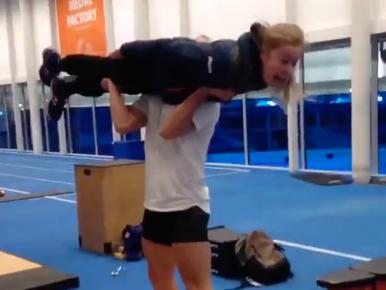 Training Koen Verweij: gewichtheffen met schaatsster [video]