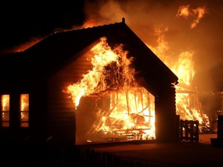 Grote brand op recreatie-eiland Koudenhoorn in Warmond [video]