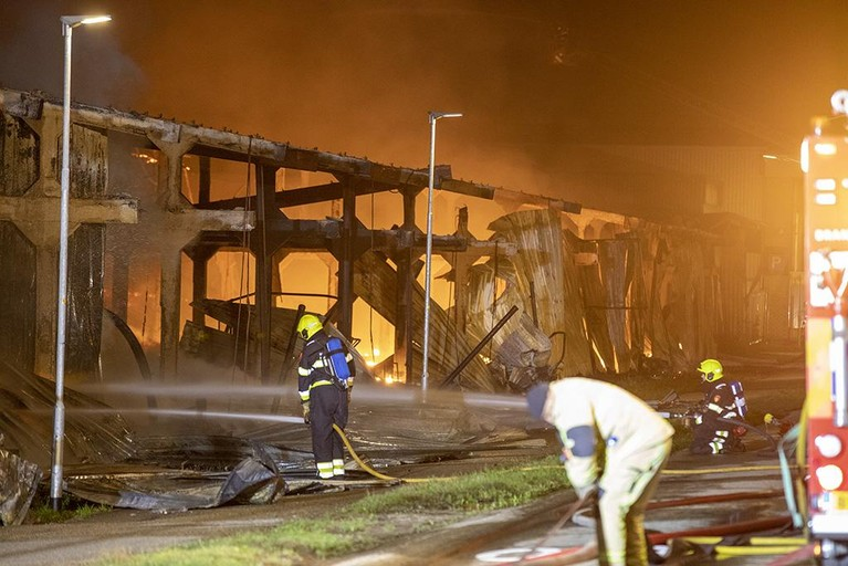 Grote brand legt loods in Halfweg in de as [video]