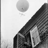 Het nieuwe zoekplaatje: een ballon met een antenne eronder.