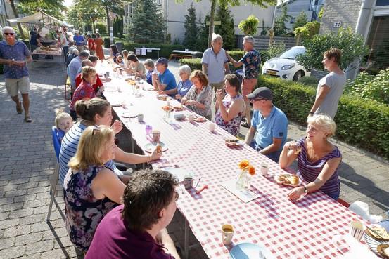 Zonnig wijkontbijt smaakt bewoners van jarig Hoep-Zuid uitstekend