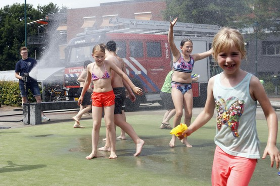Brandweer van Eemnes koelt oververhitte kinderen af