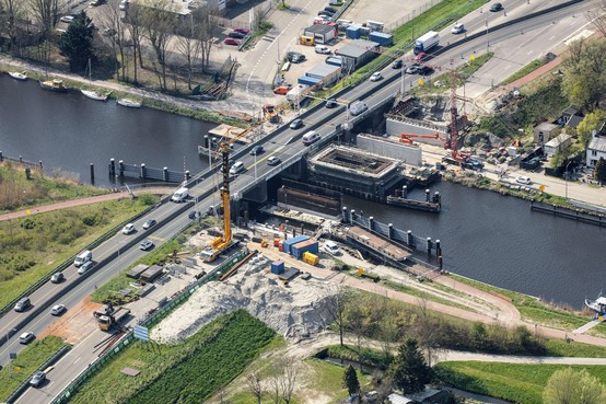 Luchtfoto: Werk aan Leeghwaterbrug duurt voort, terwijl in Overijssel nieuw bruggedeelte al op transport is
