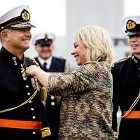 Minister Jeanine Hennis-Plasschaert van Defensie overhandigd luitenant-generaal der mariniers Rob Verkerk een koninklijke onderscheiding tijdens de ceremoniele overdracht van het commando Zeestrijdkrachten, alsmede de functie van Admiraal Benelux op Marinebasis Den Helder.
