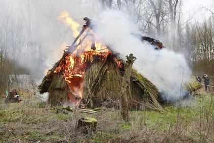 Steentijdhuis gaat na jaren van onderzoek in vlammen op [video]