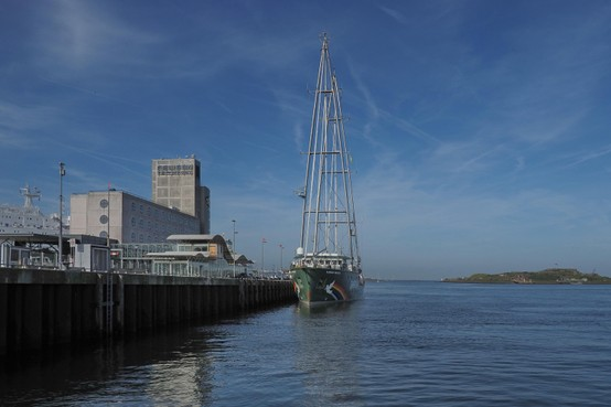 Actieschip Greenpeace 'Rainbow Warrior III' legt de loopplank uit in Amsterdam
