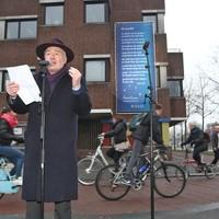 Stadsdichter Robert Grijsen bij de onthullling van zijn Gak-gedicht.