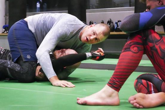 Dan heb je opeens 'Skyscraper' Stefan Struve op je liggen: Beverwijkse UFC-vechter geeft training bij Schreiber in Krommenie