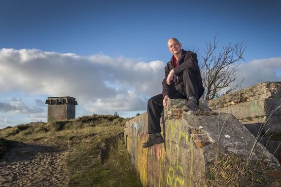 Hulde voor vrijwilligers die de Kroontjesbunker in de duinen van Den Helder restaureren: ze krijgen de Gouden Betonmolen