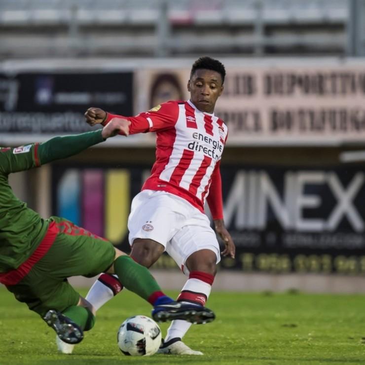 Steven Bergwijn in actie tijdens het oefenduel met SC Freiburg. © hollandse hoogte.
