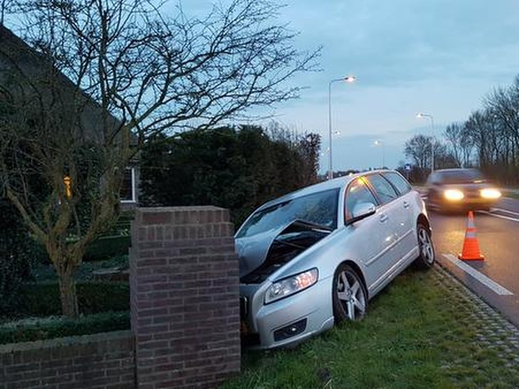 Vrouw rijdt tegen muur en raakt gewond in Castricum