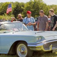Jan Grootenbroek (met pet) uit Heiloo vertelt aan de jongens Blokker uit Oudesluis enthousiast over zijn Ford Thunderbird Convertible uit 1959, die hij in deze staat 21 jaar geleden heeft gekocht.