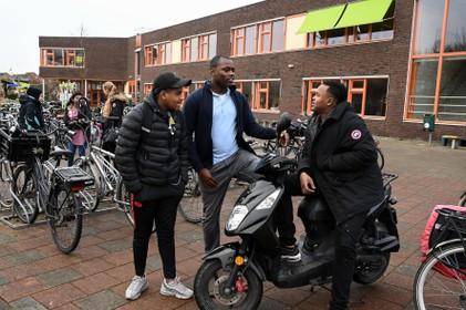Andy Oppong 'straattolk' voor nieuwkomers op Praktijkschool in Grootebroek