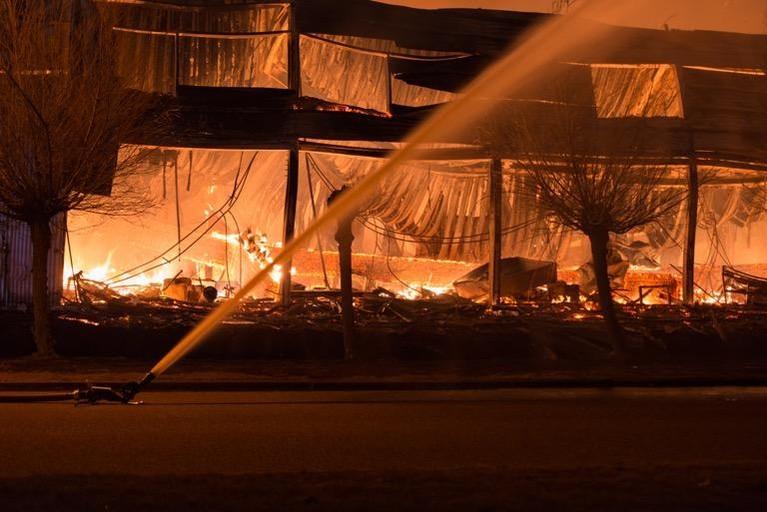Asbest vrijgekomen bij zeer grote brand in Zwaag [update]