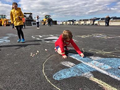 Matthew (7) maakt een tekening op de startbaan.