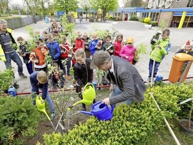 Scholieren Sint Janschool planten appelbomen en bessenstruiken voor 'Schagen groeit door'