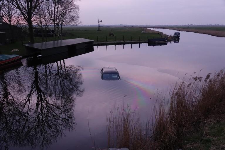 Auto te water bij ongeluk in Landsmeer