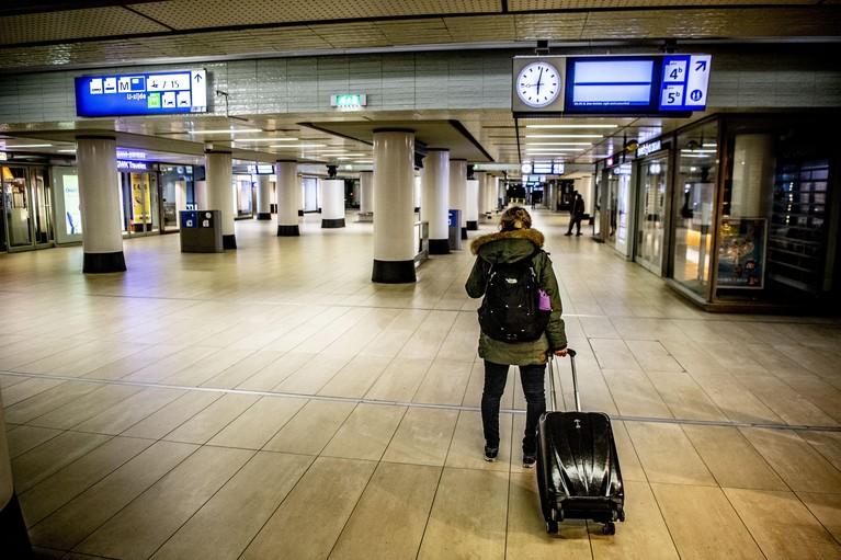 Ochtendspits op het spoor en de weg getroffen door pensioenacties, A9 compleet vast [update]