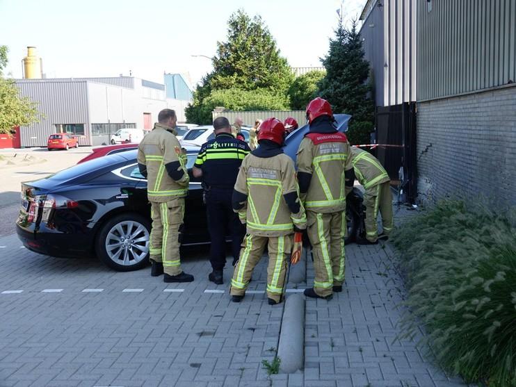 Taxichauffeur trapt per ongeluk gaspedaal in en ramt muur [video]