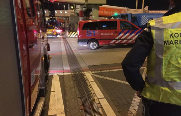 Rokende tankwagen bij pier Schiphol