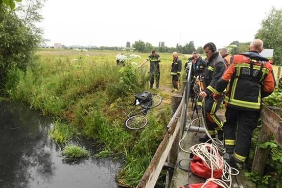 Zoektocht naar eigenaar van gevonden fiets en telefoon bij sloot in Warmond