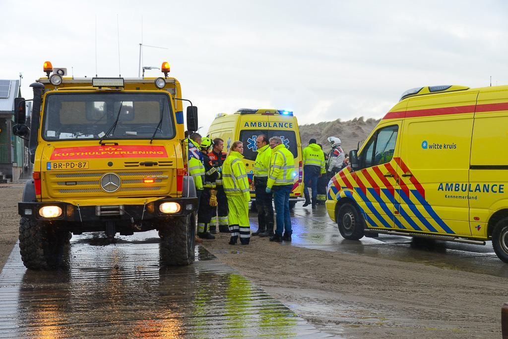 Kitesurfer door omstanders uit water gehaald bij Wijk aan Zee, drie opvarenden van zeiljacht gered b