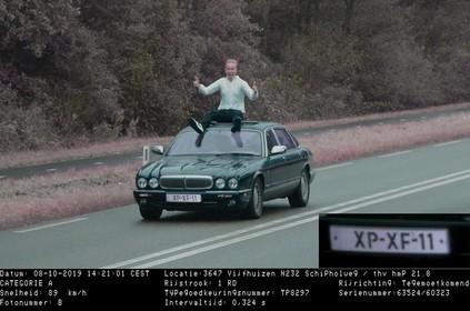 Jonge Haarlemmer laat zich breed lachend flitsen op het dak van zijn Daimler