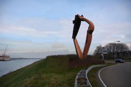 Velsen koopt kunstwerk van 14 meter hoog voor langs het Noordzeekanaal. Kunstenaar: 'Er is maar een plek waar dit beeld hoort en dat is in IJmuiden'