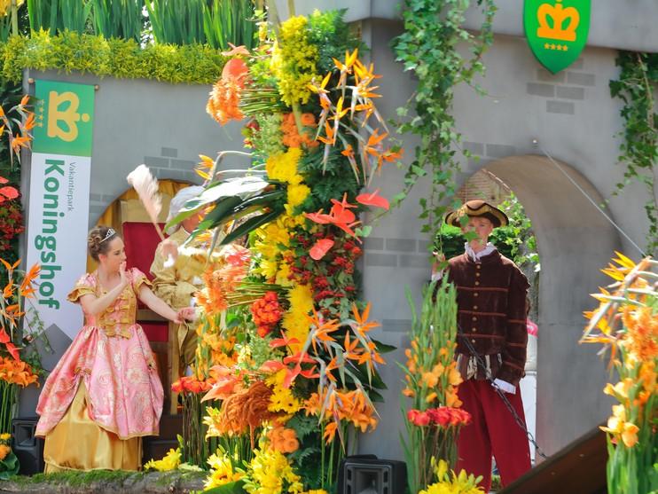 Muzikaal lint van bloemen tijdens Flowerparade [video]