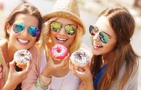 Vriendinnen eten donuts in de stad