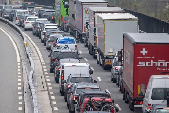 Vakantiegangers in de file op Europese wegen