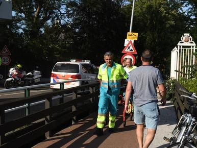 Vrouw valt van brug Warmond en moet naar ziekenhuis