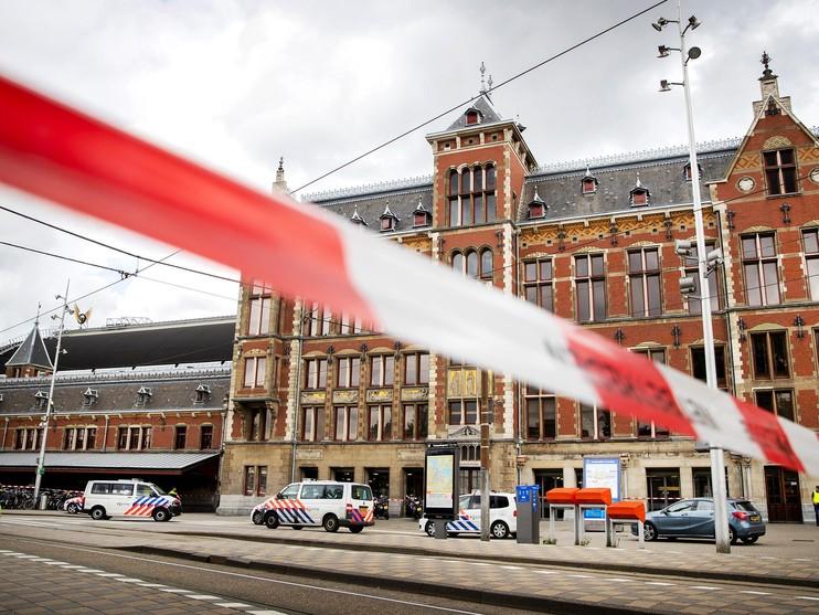 Verdachte neergeschoten na steekincident op Amsterdam CS