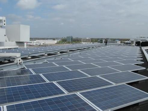 357 zonnepanelen op dak sporthal in Weidevenne