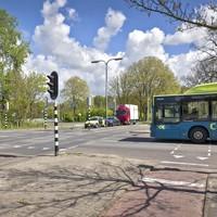Nabij de busbaan komt een rotonde.