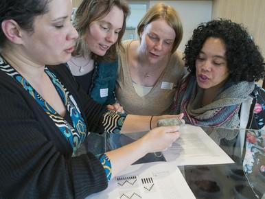 Textielarcheoloog Chrystel Brandenburgh (tweede van links) en enkele deelnemers inspecteren de zogenoemde 'proeflapjes'.