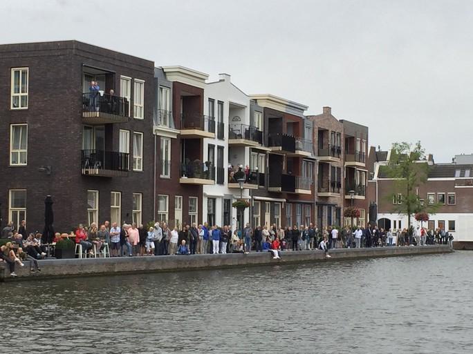 Miljoenenjacht Lonian over smalle Oude Rijn door Alphen [video]
