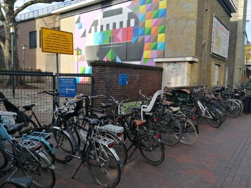 Hilversum waarschuwt: foutgeparkeerde fietsen op Zeedijk vanaf nu keihard aangepakt