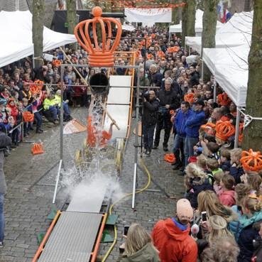 Organisatie van Koningsdag steeds meer in de knel door gebrek aan mensen: Wie wil de Oranjekar nog trekken?