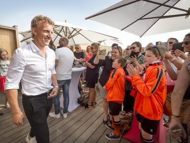 Dirk Kuyt wordt gehuldigd in strandpaviljoen Bries in Noordwijk.