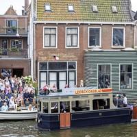Peurbak De Blauwe Tram van De Stamgasten vaart langs het huis van Aad en Marjo van der Luit.